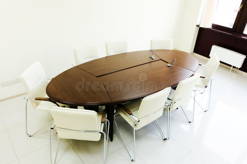Pusty oświetleniowy pokój konferencyjny z długim stołem zdjęcie royalty free