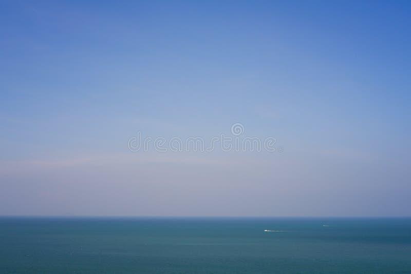 Pusty ocean i jasny niebieskie niebo obrazy royalty free