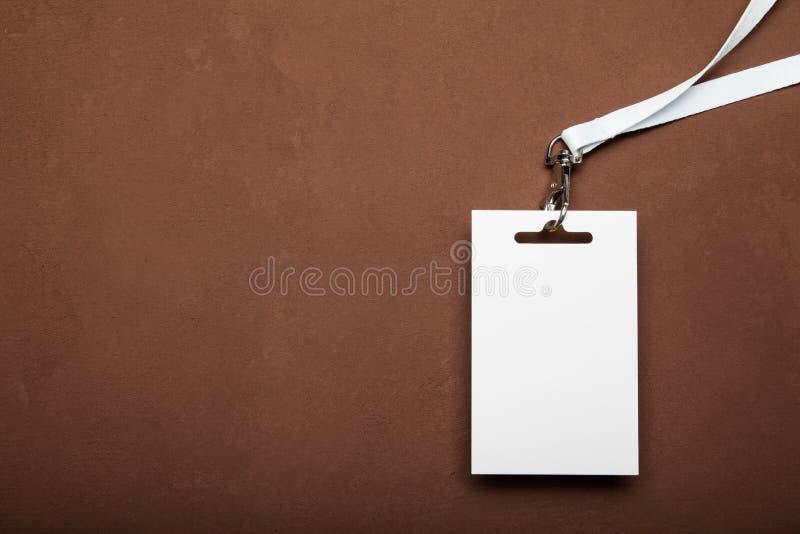 Pusty Pusty odznaki mockup odizolowywający na brązu tle kosmos kopii zdjęcia stock