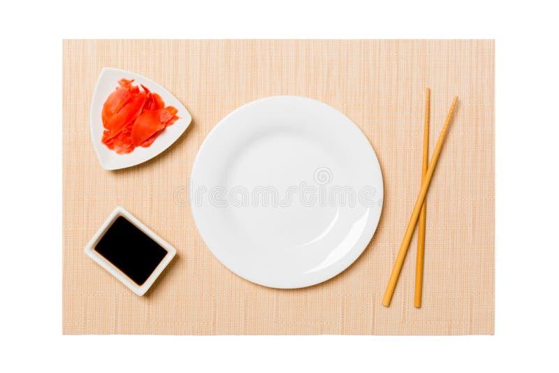 Pusty owalny bielu talerz z chopsticks dla suszi, imbiru i soj kumberlandu na brązu suszi, matuje tło Odg?rny widok z kopii przes zdjęcia royalty free