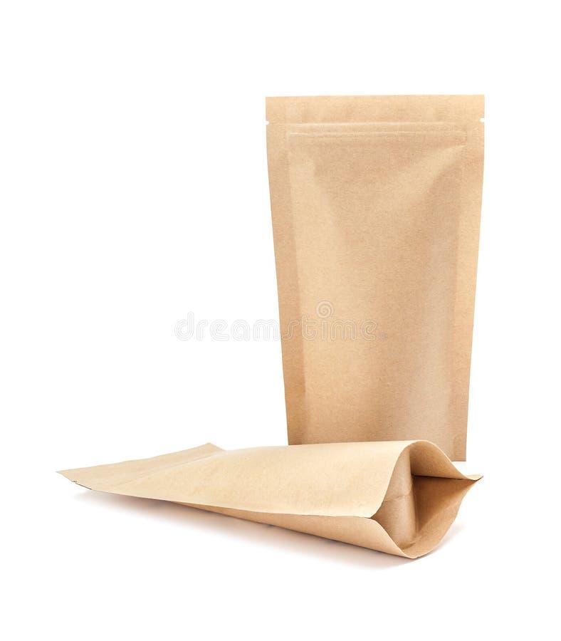 Pusty pakować przetwarza Kraft papieru kieszonkę odizolowywającą na bielu plecy zdjęcie stock