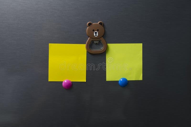 Pusty papier na chłodziarki drzwi z niedźwiadkowym twarz magnesem obrazy royalty free