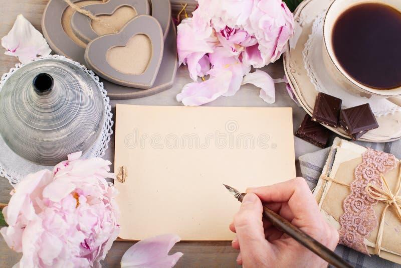 Pusty papier, Starzy listy, pocztówki i Męska ręka, zdjęcia stock