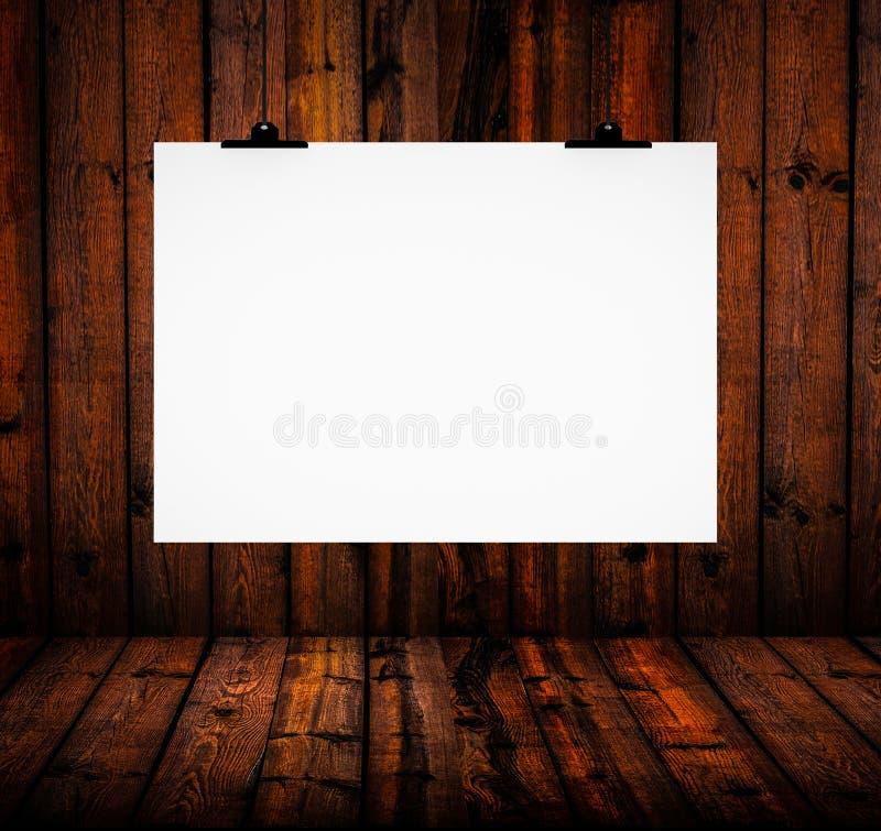 Pusty papierowej deski obwieszenie na drewnianej ścianie obraz royalty free
