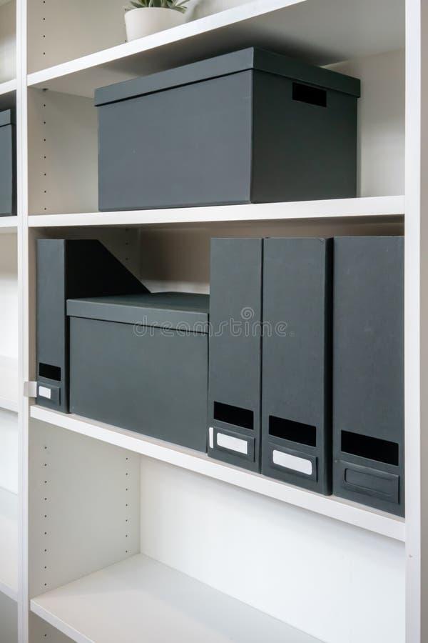 Pusty papierowy segregowania pudełko i kartoteka właściciel na półce obraz stock