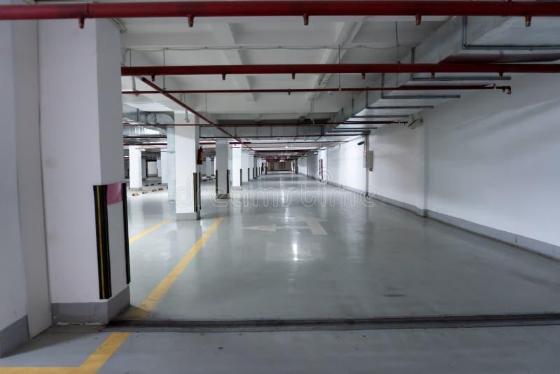 Pusty parking podziemnego garażu wnętrze z pustym billboardem obrazy stock