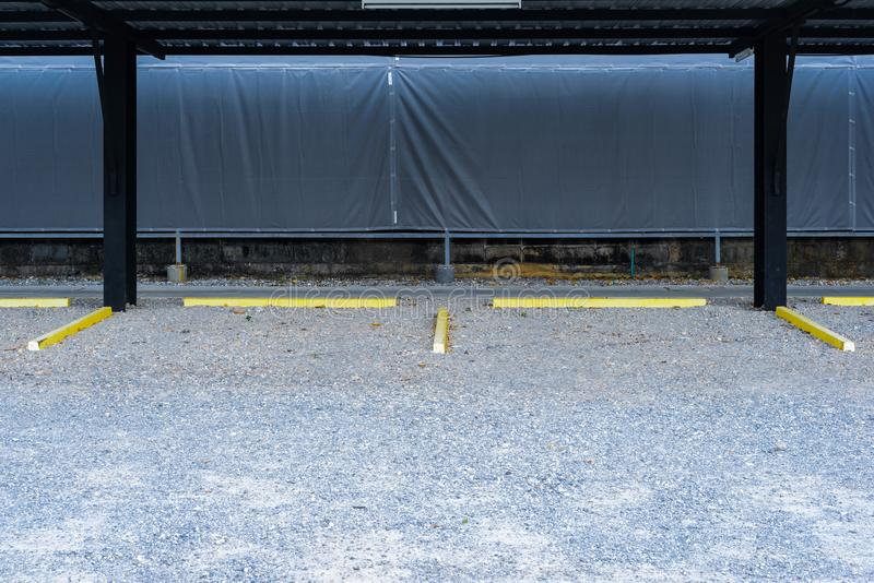 Pusty parking z żółtymi samochodowymi przerwami fotografia stock