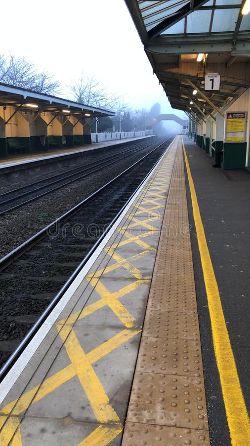 Pusty peron pociągu we mgle fotografia royalty free