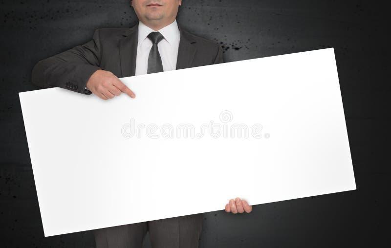 Pusty plakat trzyma biznesmenem zdjęcia royalty free