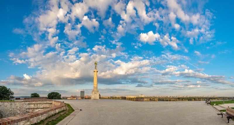 Pusty plateau na Kalemegdan z zabytkiem przegapia Nowego Belgrade na pogodnym wiosna ranku zwycięzca obrazy stock