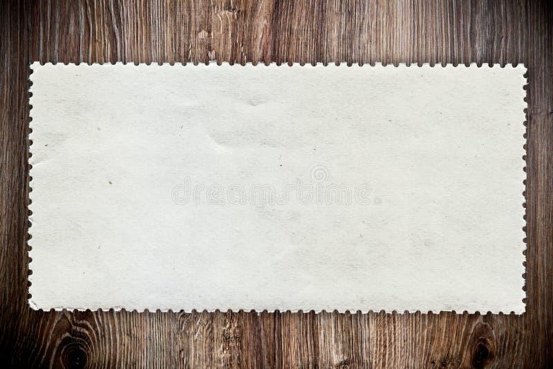 Pusty poczta znaczek na drewnianym tle zdjęcia stock