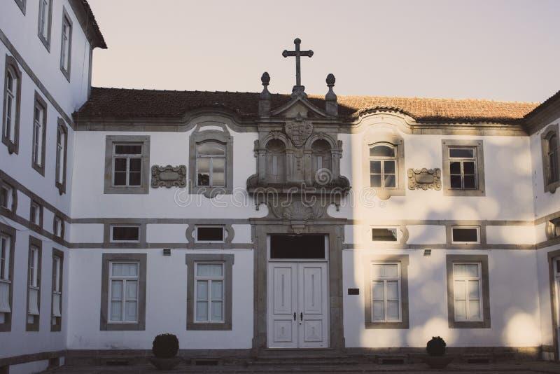 Pusty podwórko antyczny monaster w Europa Fasada stary budynek Monaster powierzchowność z krzyżem na dachu fotografia stock