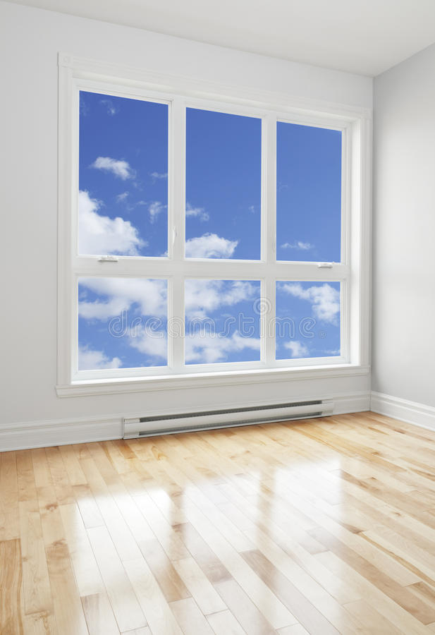 Pusty pokój i niebieskie niebo widzieć przez okno obrazy royalty free