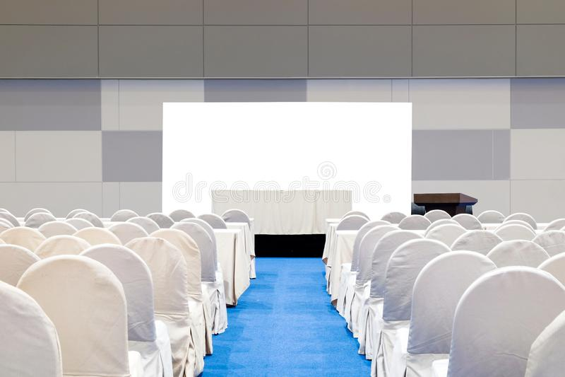 Pusty pokój konferencyjny z sceną, stół dla biznesowej konferencji konwersatorium zdjęcia royalty free