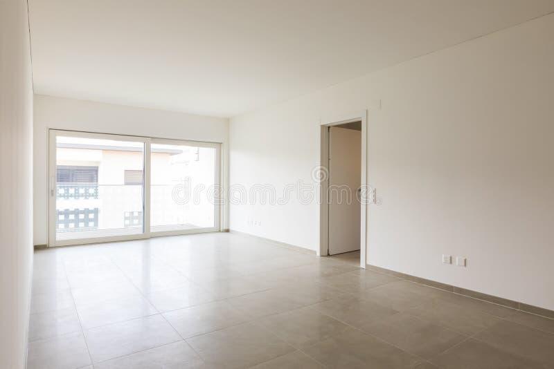 Pusty pokój w nowożytnym mieszkaniu z białymi ścianami, nikt w scenie fotografia stock