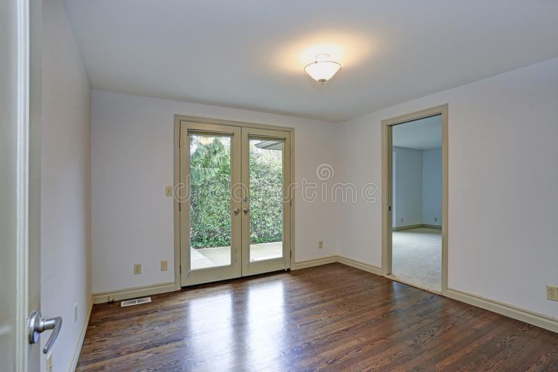 Pusty pokój z białymi ścianami, okrzesana twarde drzewo podłoga zdjęcia stock