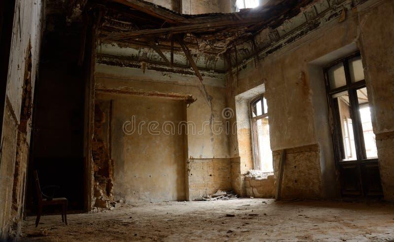 Pusty pokój z krzesłem w starym rujnującym zaniechanym budynku, Ukraina obraz stock