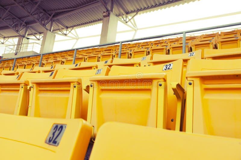 Pusty pomarańczowy stadium siedzenie obrazy stock
