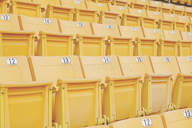 Pusty pomarańczowy stadium siedzenie fotografia royalty free