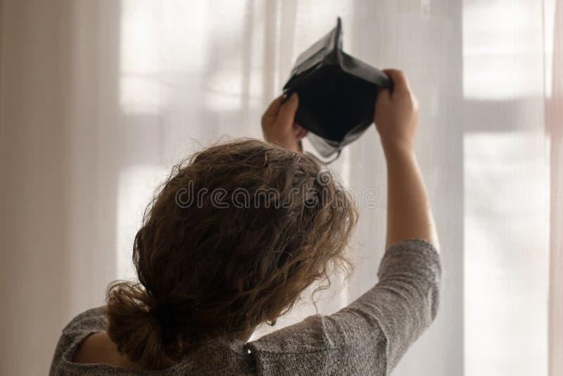 Pusty portfel w rękach młoda dziewczyna temat ubóstwo obraz royalty free