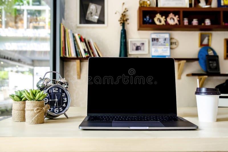 Pusty pracujący biurko w ministerstwo spraw wewnętrznych z wyposażeniem tak jak laptop, notebook, zegar, kaktusowy drzewo i filiż fotografia royalty free