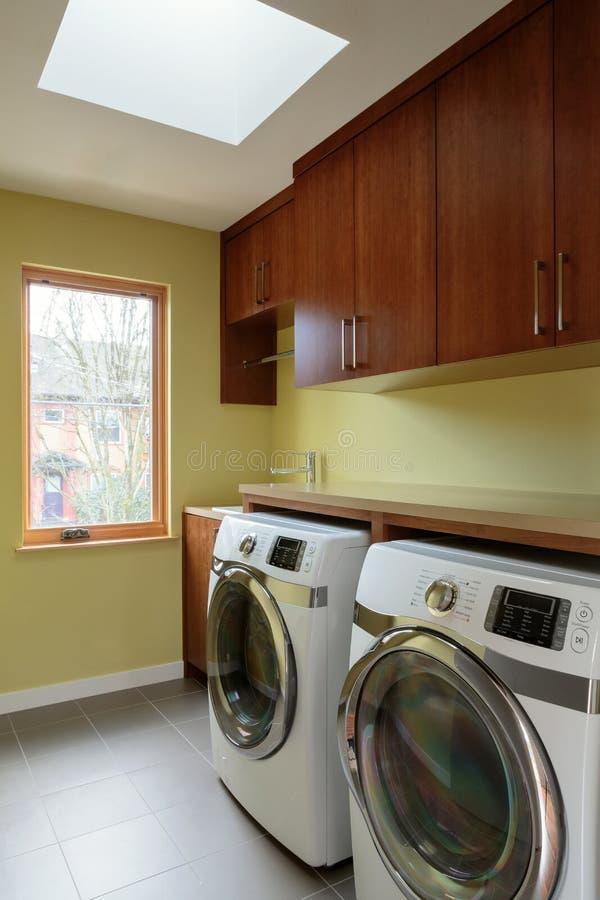 Pusty pralniany pokój z skylight fotografia royalty free