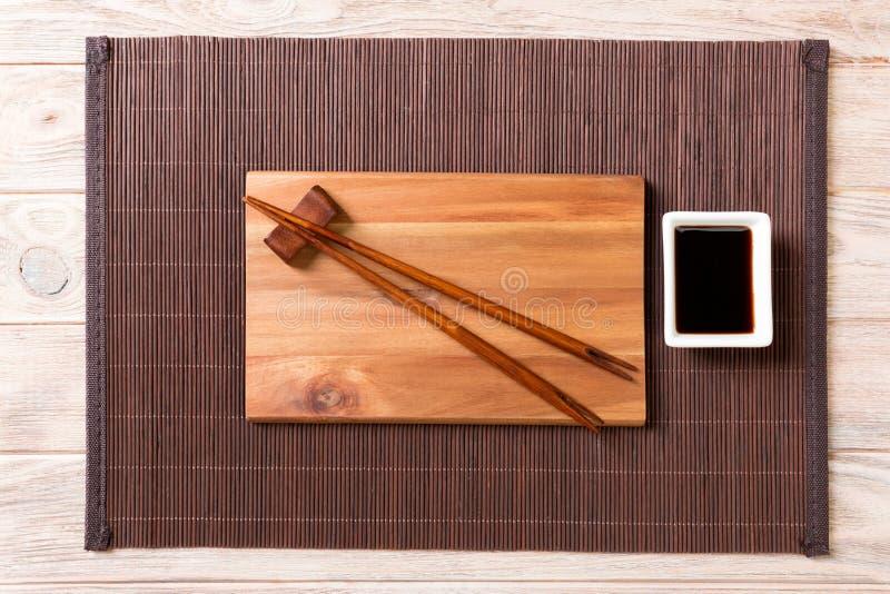 Pusty prostokątny drewniany talerz dla suszi z kumberlandem i chopsticks na drewnianym stole, odgórny widok zdjęcie stock