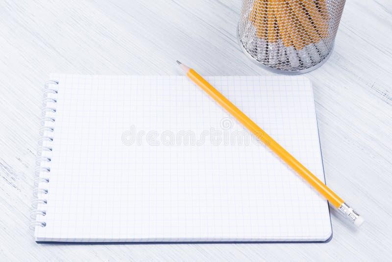 Pusty prześcieradło dla notatek i ołówków na lekkim tle, zakończenie zdjęcia royalty free