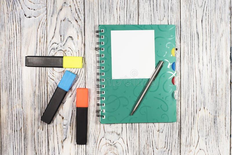 Pusty prześcieradło papier, notepad, pióro i inny, dostawy obrazy stock
