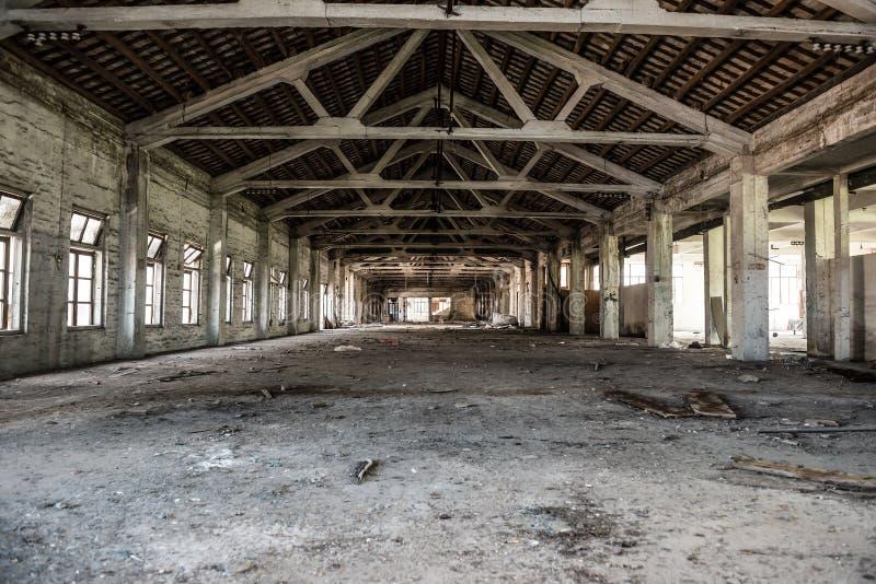 Pusty przemysłowy loft w architektonicznym tle z nagimi cementowymi ścianami zdjęcia stock