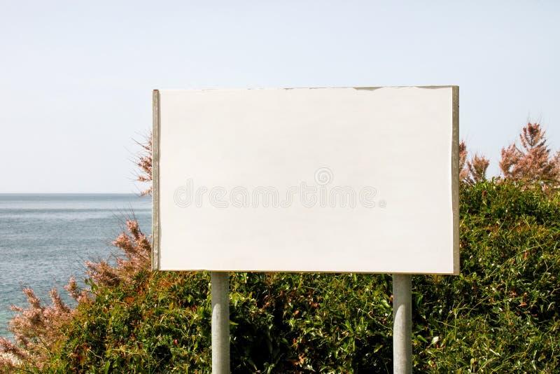 Pusty reklamowego billboarda pokaz i stół, morze w tle Reklamowe agencje obraz stock