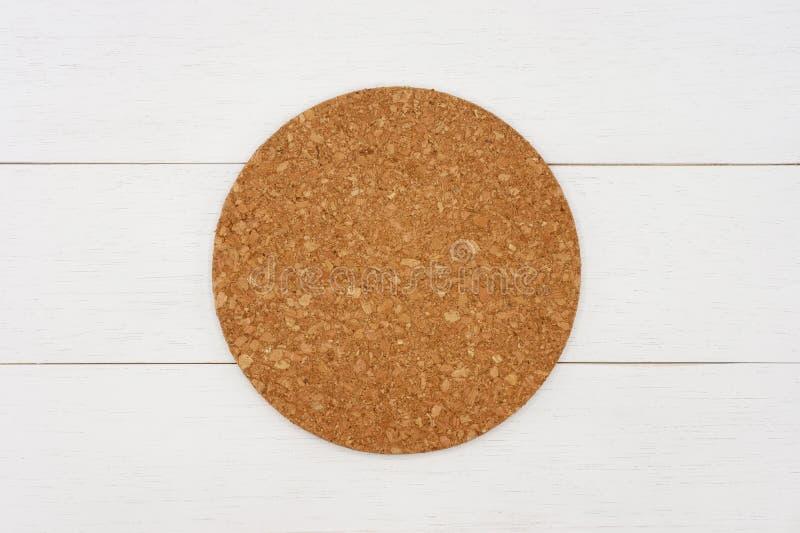 Pusty round korka kabotażowiec na białym drewnianym stole zdjęcia royalty free