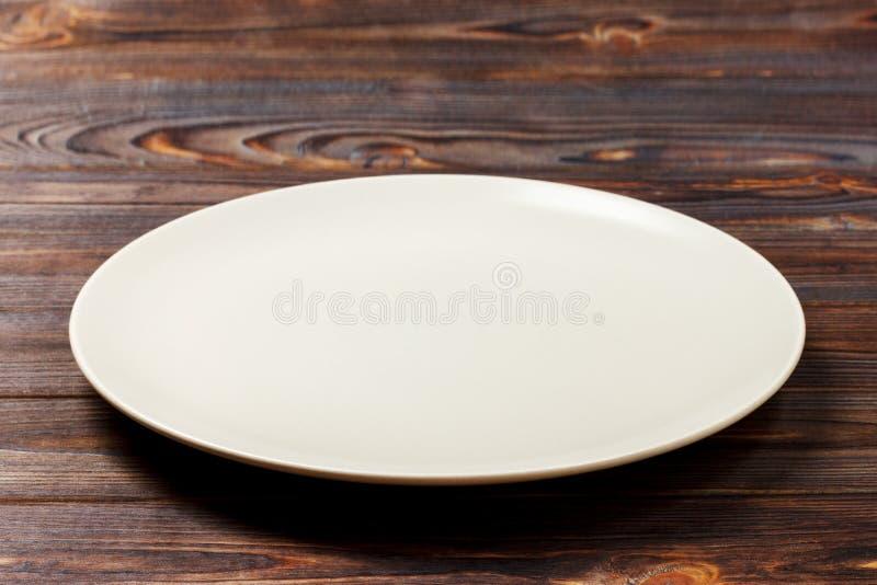 Pusty round talerz dla jedzenia na drewnianym bachground Perspektywiczny widok zdjęcia royalty free