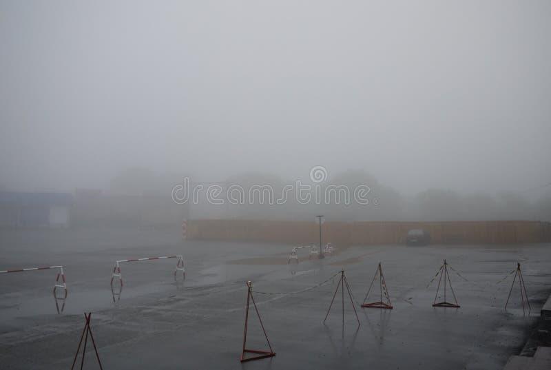 Pusty samochodowy parking w mgle zdjęcia stock