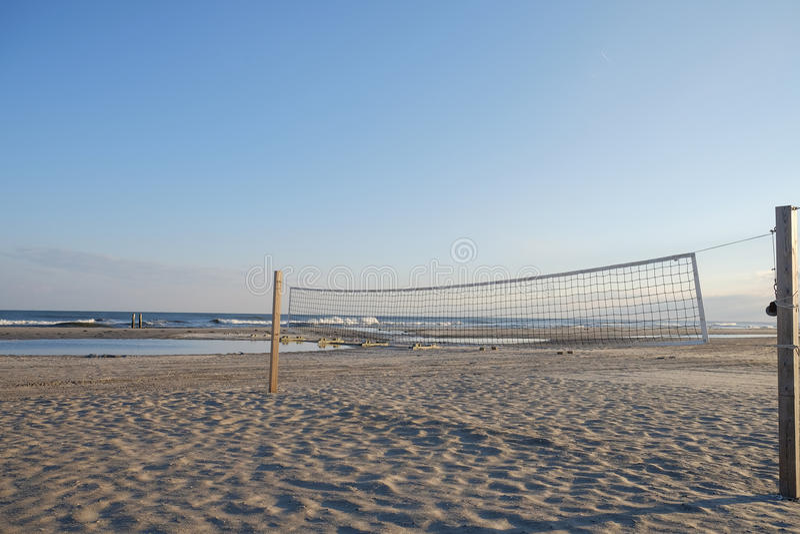 Pusty siatkówka sąd przy półmrokiem na Atlantyckiej miasto plaży obrazy stock