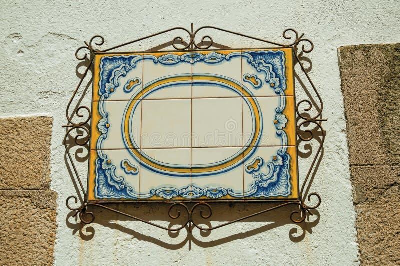Pusty signboard robić ceramiczne płytki z żelazną dekoracją zdjęcie stock