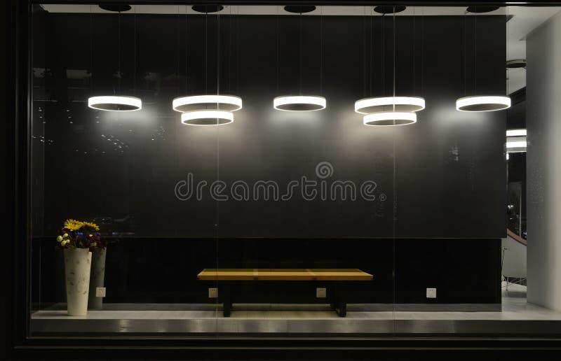 Pusty sklepu okno z dowodzonymi żarówkami, DOWODZONA lampa używać w sklepowym okno, Handlowa dekoracja, czerni popielaty tło obrazy stock
