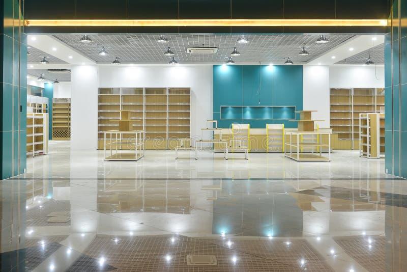 Pusty sklepu przód w nowożytnym handlowym zakupy centrum handlowym zdjęcie stock