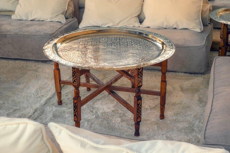 Pusty stół obok kanap zdjęcia royalty free