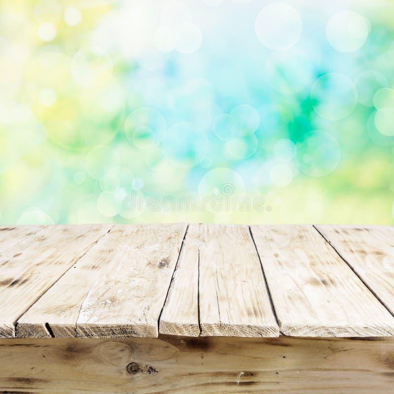 Pusty stary drewniany stół w świeżym świetle słonecznym zdjęcie stock