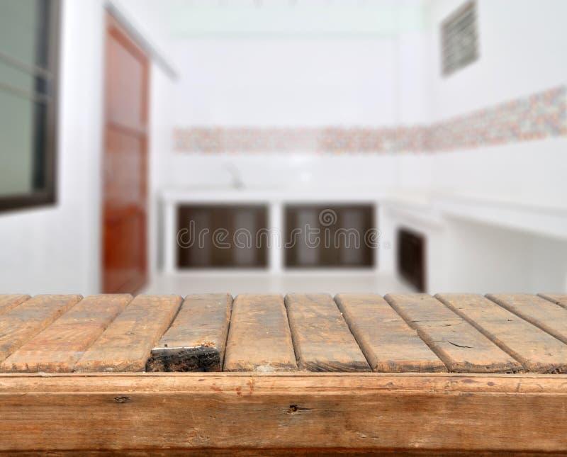 Pusty stary wierzchołka stół przeciw kuchni przestrzeni zdjęcia royalty free