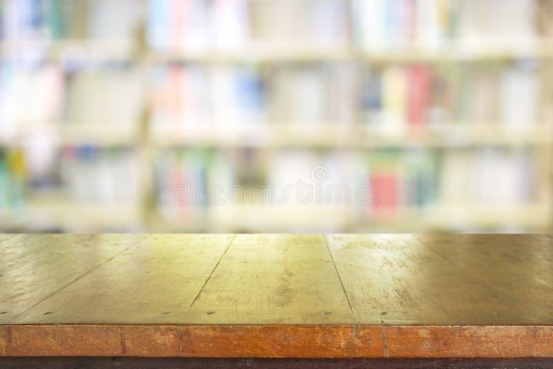 Pusty stołowy wierzchołek na biblioteki zamazanym tle zdjęcia royalty free