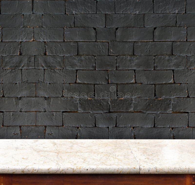 Pusty stołu i białego marmuru czarny ściana z cegieł w tle pro obrazy royalty free