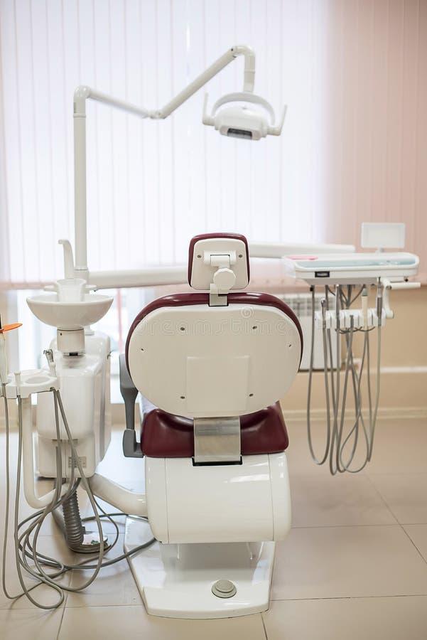 Pusty stomatologiczny krzes?o w jaskrawym medycznym biurze, tylni widok zdjęcia royalty free