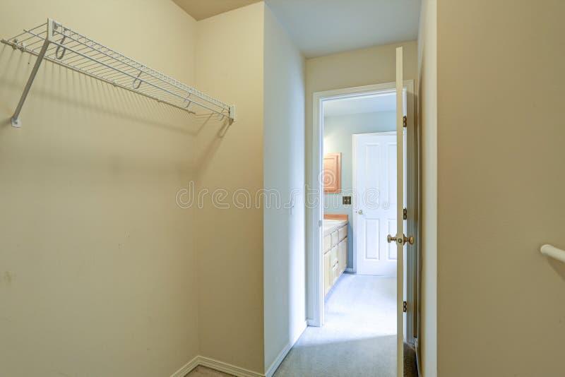 Pusty szafy wnętrze z ściany wspinać się półkami zdjęcia royalty free