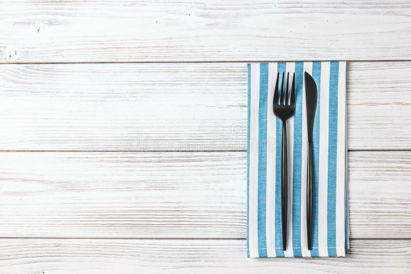 Pusty talerz z srebnym rozwidleniem i nóż na drewnianym tle zdjęcie stock