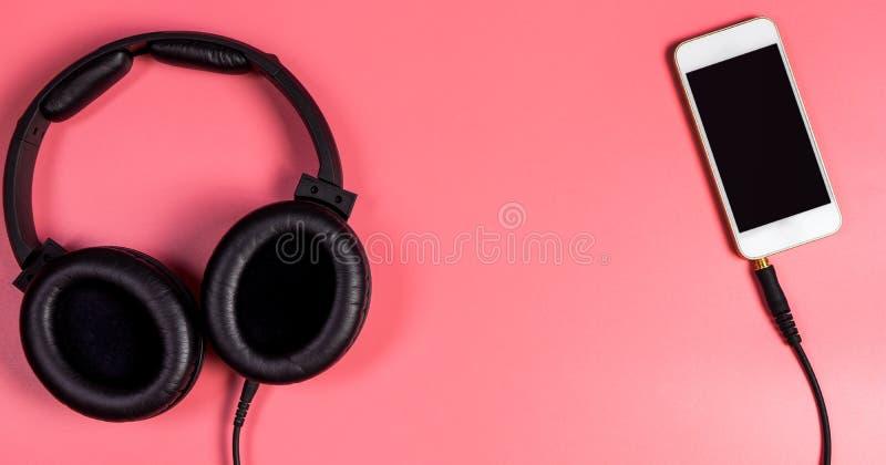 Pusty telefon komórkowy z hełmofonem dla Muzycznego pojęcia obrazy stock