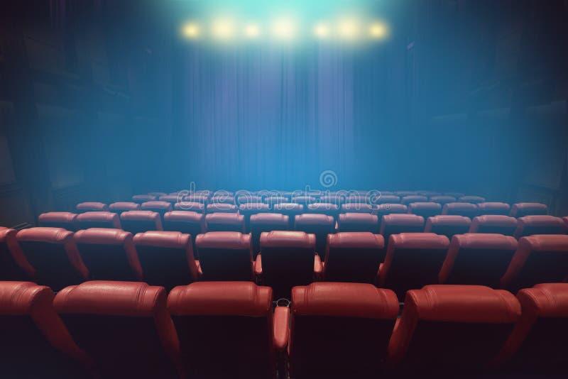 Pusty theatre audytorium lub filmu kino z czerwonymi siedzeniami obraz stock