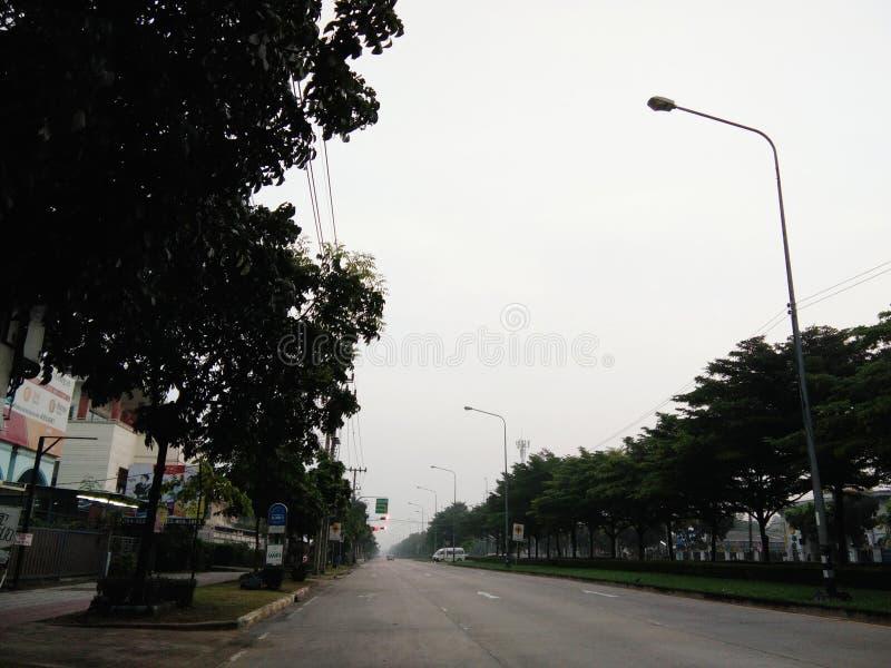 Pusty uliczny widok na mglistym ranku fotografia stock