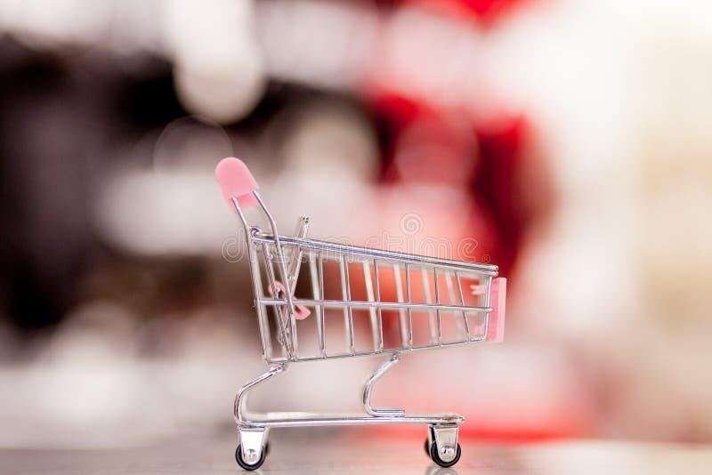 Pusty wózek na zakupy z abstrakcjonistycznym plama supermarketa dyskontowego sklepu produktu i nawy półek wewnętrznym defocused t obraz stock